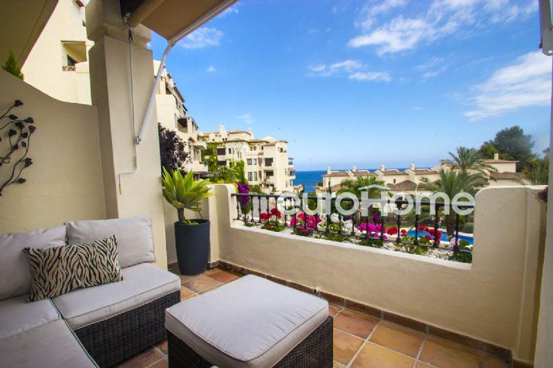 Apartamento con amplia y soleada terraza en urbanización de lujo junto al mar