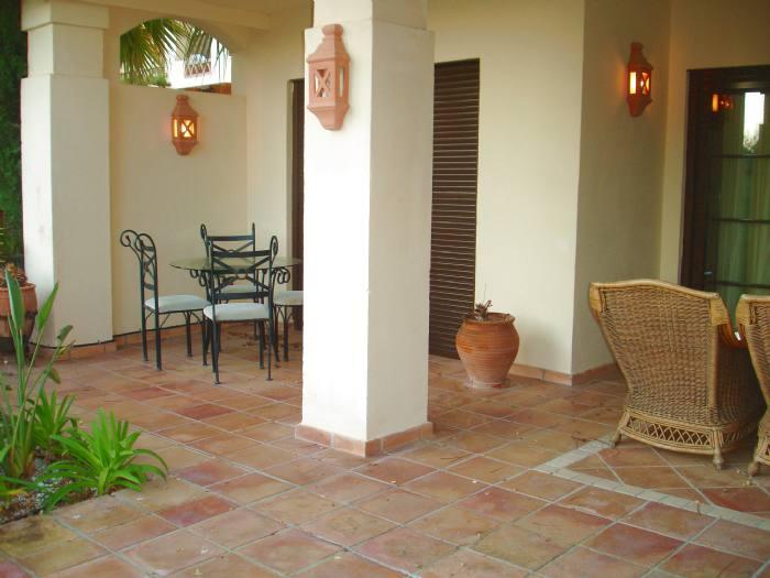 Apartamento bajo con jard n en urbanizaci n villa gadea for Apartamentos villa jardin cambrils