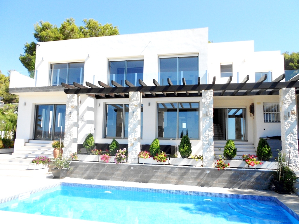 Villa estilo moderno con vistas al mar en empedrola calpe for Villas en calpe con piscina