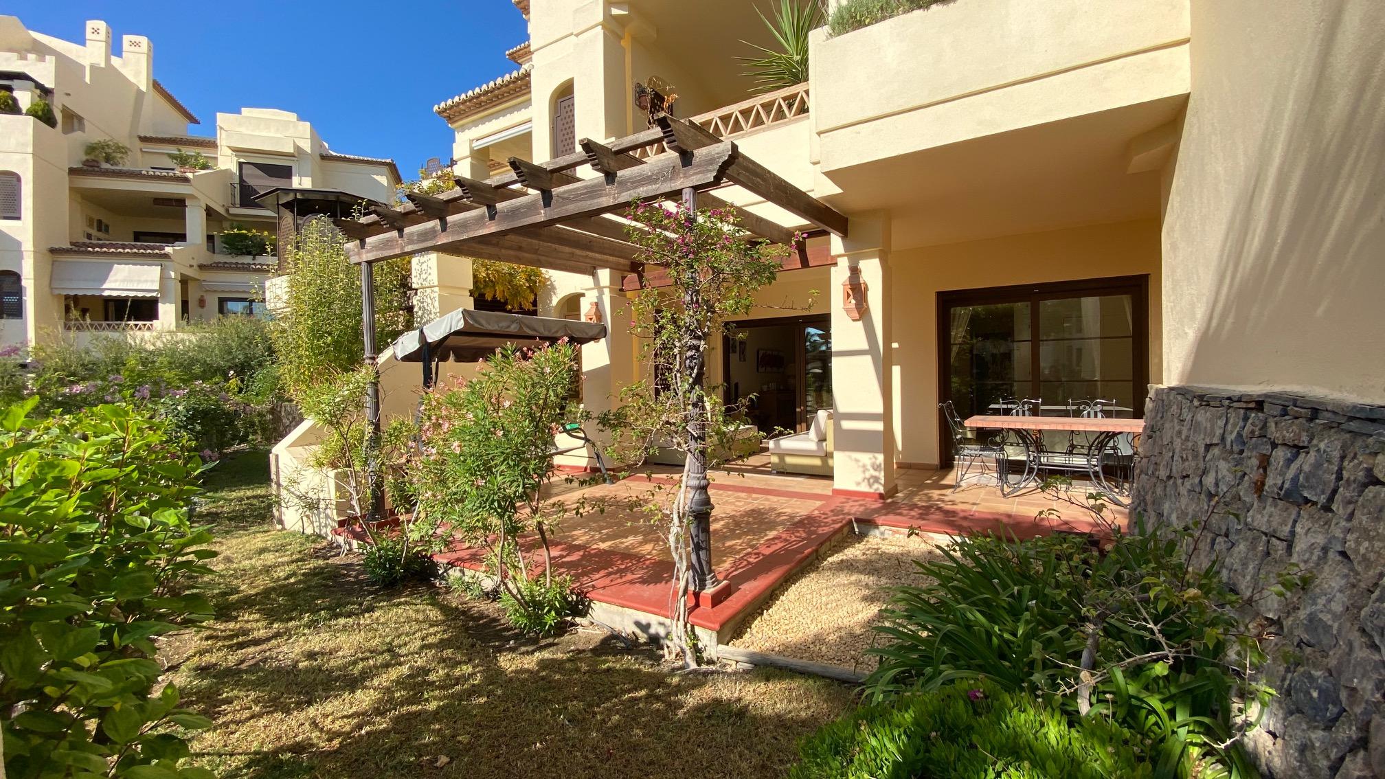 Excelente apartamento en planta baja de dos dormitorios y jardín privado en villa-gadea