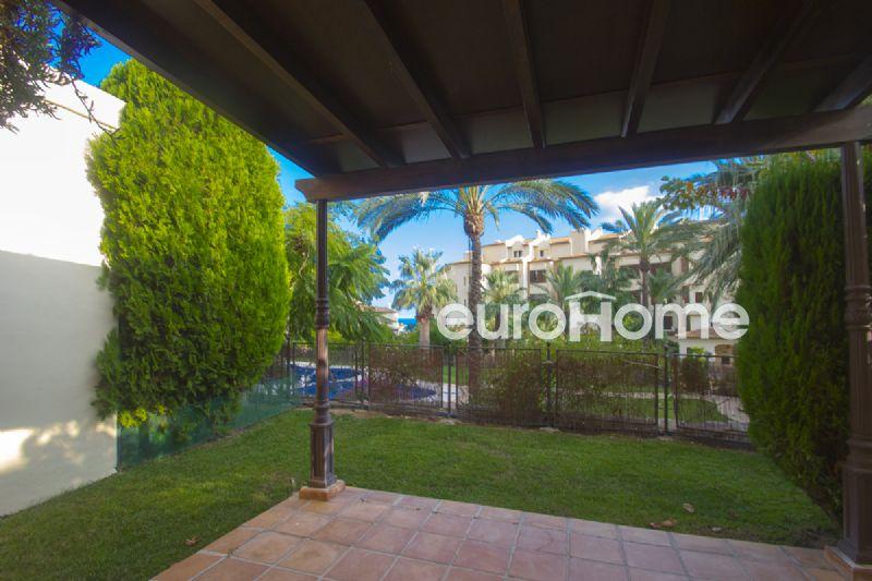Amplio bajo con jardín privado de dos dormitorios en urbanización de lujo junto al mar