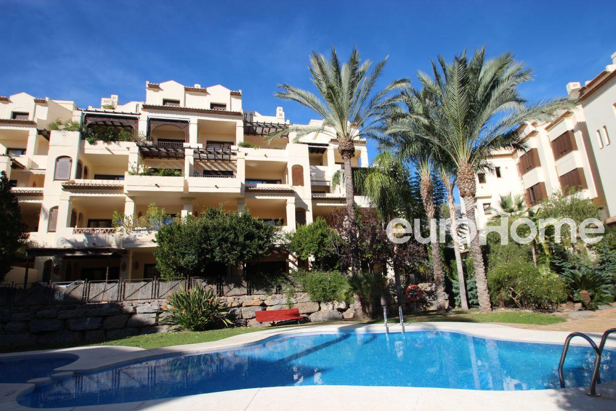 Amplio apartamento con  jardín privado en urbanización de lujo junto al mar