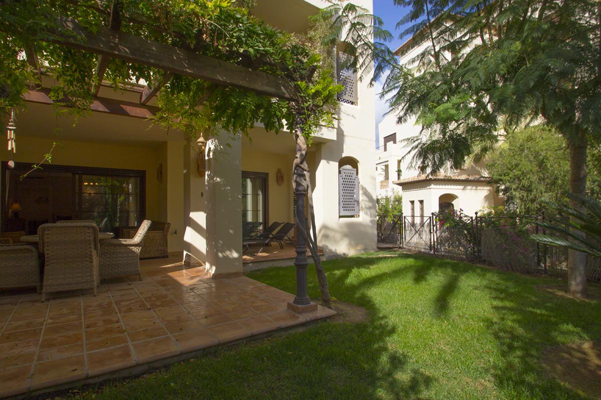 Fantástico bajo con jardín privado de dos dormitorios en urbanización de lujo junto al  mar.