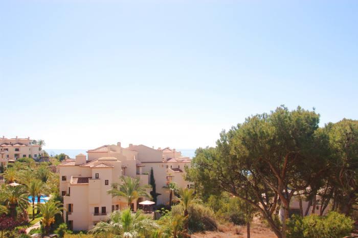 Soleado ático dúplex en residencial de lujo junto al mar.